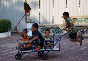bangkok-wat-pho-kids-01-840