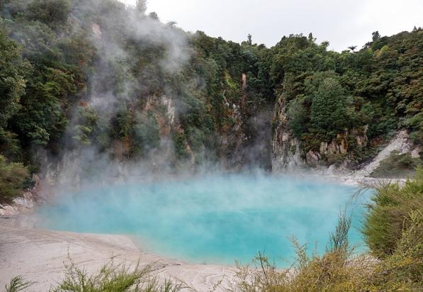 waimangu-blue-lake-01-840