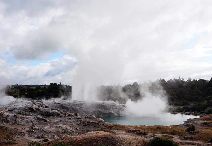 whakarewarewa-pohutu-geyser-01-840
